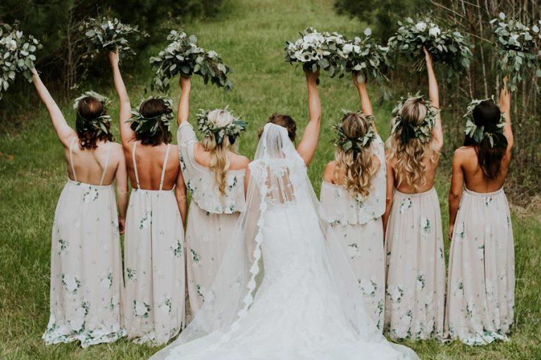 brautjungern-bridesmaids-hochzeitssaal-finder-hochzeitsplanung-hochzeitstrends-2017-2018-braut-bautkleid-boho-hochzeit-brautjungfernkleid-greenery.brautstrauss-2