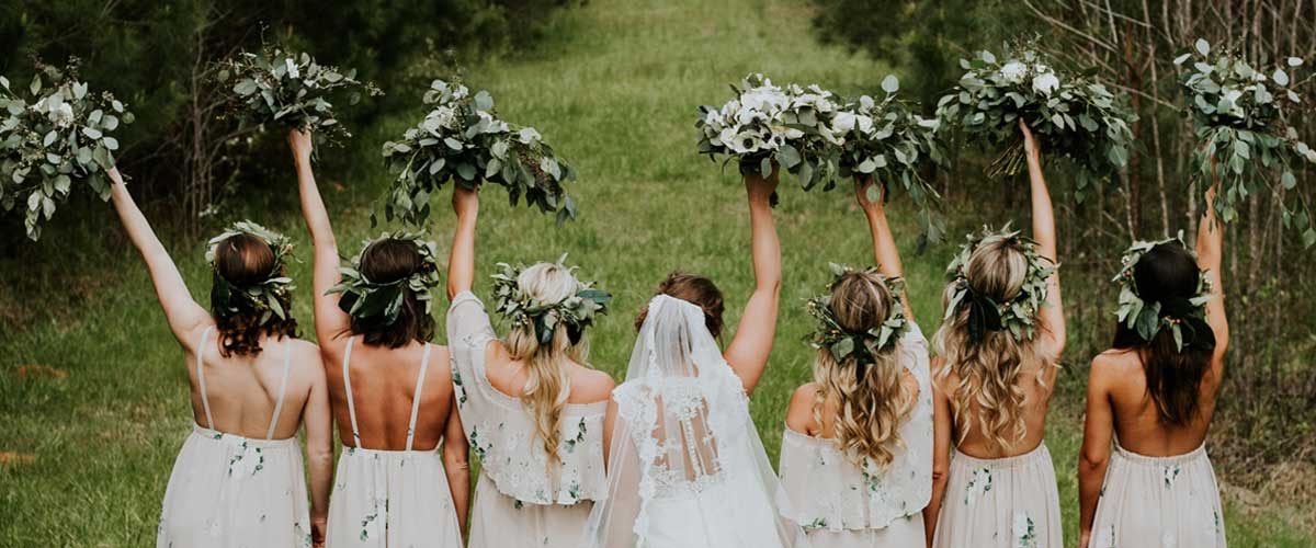 brautjungern-bridesmaids-hochzeitssaal-finder-hochzeitsplanung-hochzeitstrends-2017-2018-braut-bautkleid-boho-hochzeit-brautjungfernkleid-greenery.brautstrauss