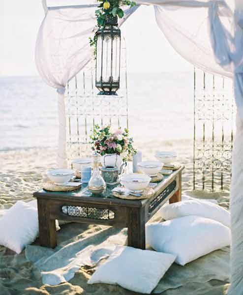 heiraten-am-strand-hochzeit-am-strand-tischdeko-brauttisch-hochzeitsdeko-strandhochzeit-ideen-hochzeitssaal-finder